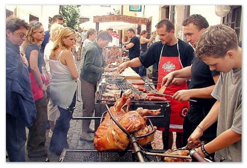 Мясо жарят на открытом огне.