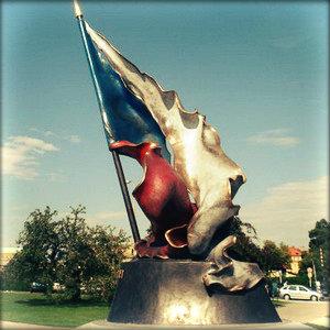 Военный мемориал в Праге — чешский флаг.