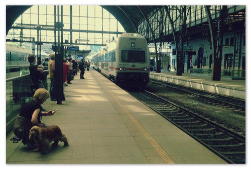 Вот такой двухэтажный поезд повезёт вас в Карлштейн.