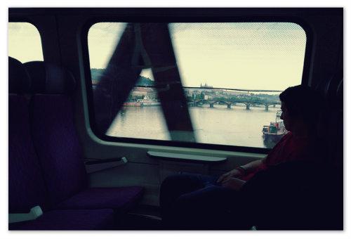 Поезд пересекает Влтаву по Вышеградскому мосту. В окошко виден Пражский Град.