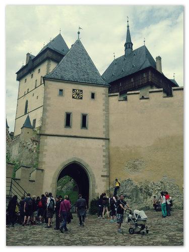 Ворота замка — не для российского туриста.