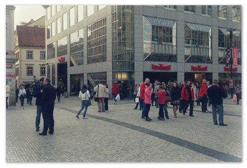 Магазин New Yorker на конце Вацлавской площади.