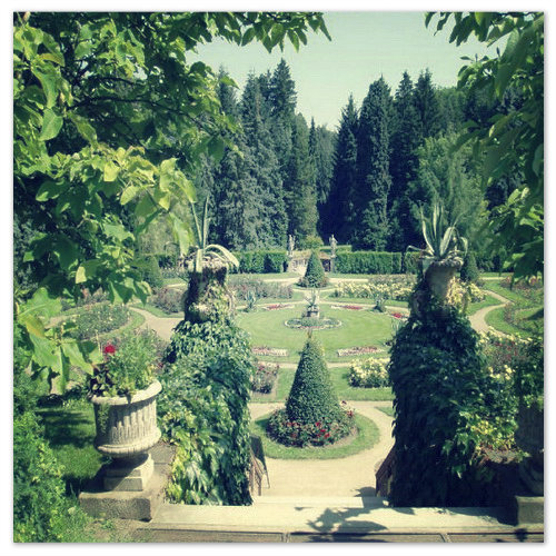 Парк в английском стиле окружает замок.