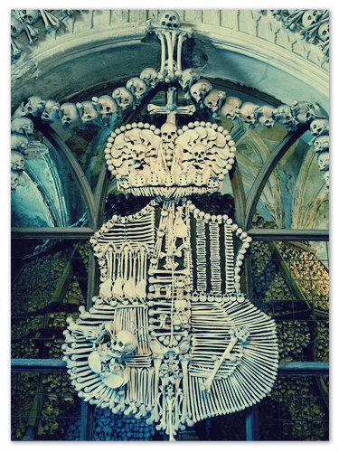 Фамильный герб Шварценбергов в готической часовне-костехранилище в Седлеце в пригороде Кутна-Горы.