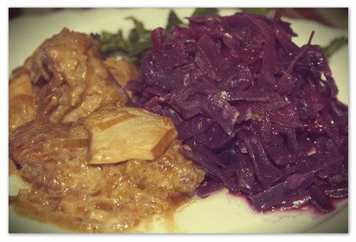На фото чешская красная капуста, тушёная в вине.