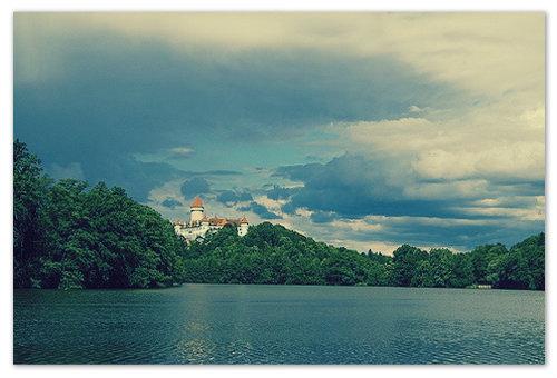Вид на замок с озера.