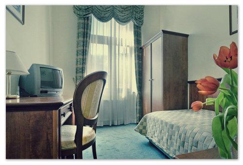Вот такой симпатичный номер, правда, экран телевизора тут совсем не плоский.