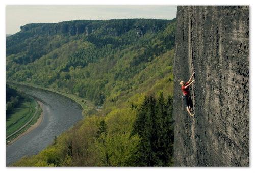 В Чешской Швейцарии можно стать на выбор альпинистом или скалолазом.