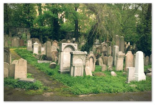 Старое еврейское кладбище, или, по крайней мере, оставшаяся его часть, у подножия телебашни.