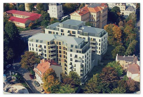 Если позволяют средства — можно найти неплохой респектабельный вариант — например, квартира вот в таком доме в Карловых Варах.