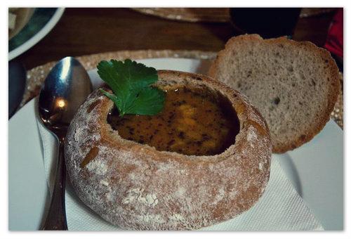 Суп-гуляш в хлебе — рецепт.