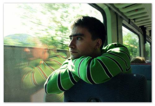Я ехал на поезде и всю дорогу любовался красотой в окошко.