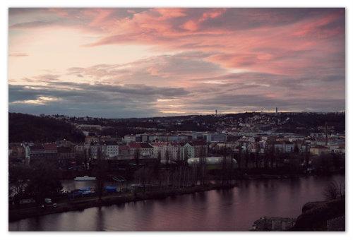 А ежели прохладным ноябрьским вечером вы залезете на Вышеград, то, непременно, увидите вот такой живописный красный закат.