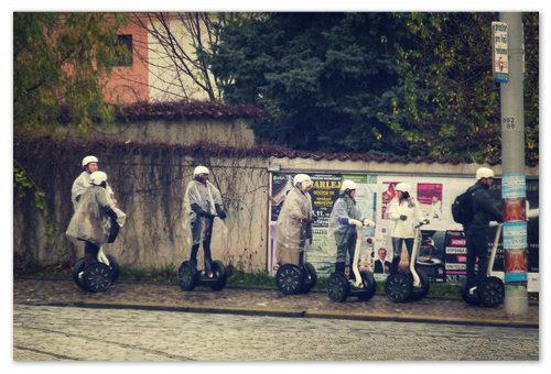 А этим друзьям не повезло. У них экскурсия по Праге на сегвеях, а дождь зарядил на целый день. Но ничего страшного — не расклеятся, да и запомнят надолго.