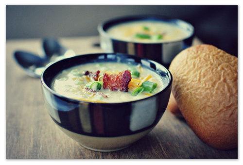 Пикантный рецепт супа с копчёностями и чесноком.