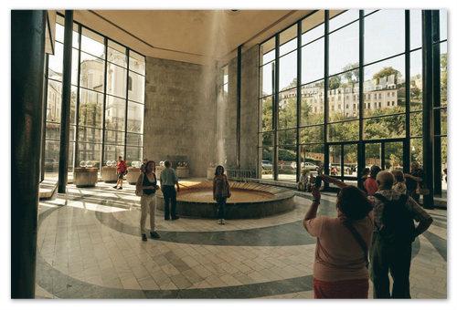 Тот самый двенадцатиметровый фонтан минеральной воды. Фото на его фоне должно быть у каждого, кто побывал в Карловых Варах.
