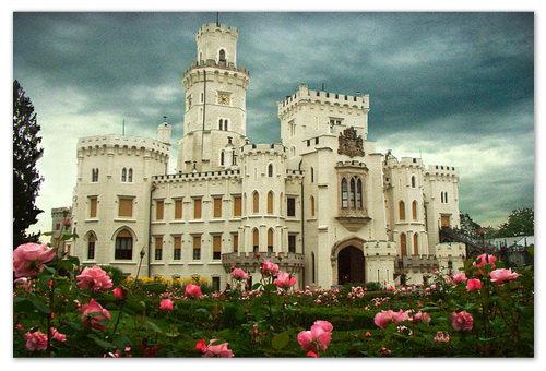 Замок Hluboka nad Vltavou — гиды говорят, что он самый красивый в Чехии. А на самом деле — он самый попсовый в Чехии.