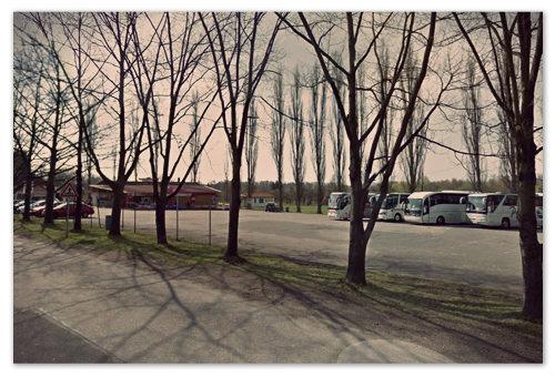 Автомобильная стоянка недалеко от замка. Сюда и на машинах приезжают, и автобусы туристические не переводятся, и для вас место завсегда найдётся.