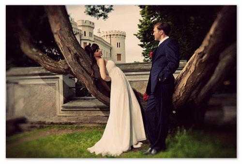 Да, белого кролика мы здесь не повстречали, а вот увидеть тут брачующихся — это обычное дело.  Красивые фото на фоне замковых стен — изюминка свадебного альбома.