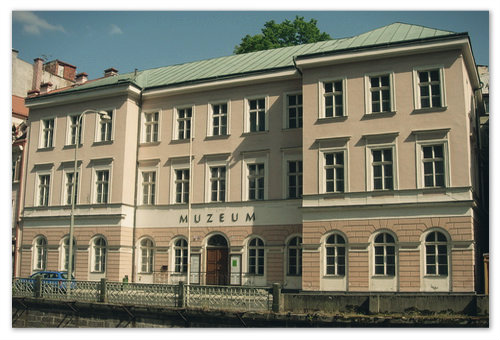На фото главное здание музея Карловарского края.