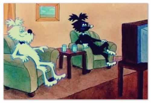Макаронина и Стремянка мирно смотрят телевизор, никого не трогают и, как обычно, не догадываются, что ворона уже спешит к ним, чтобы сделать своё чёрное дело.
