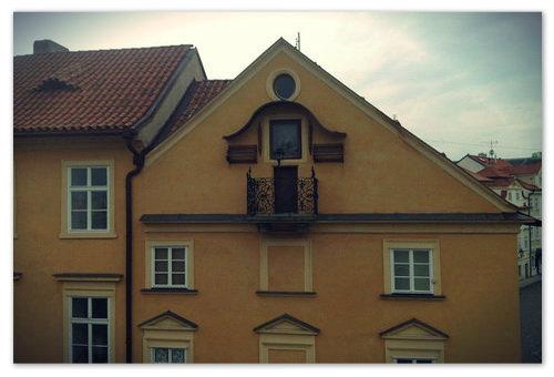 Дом Анны возле Карлова моста. Балкон с лампадкой.