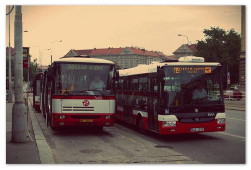 Доехать на общественном транспорте прямо до дверей здания аэровокзала — в Европе обычное дело. Автобус, что справа, довезёт вас куда нужно и обратно.