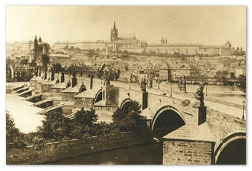 На этом старом фото Карлов мост после одного из крупных затоплений — вода уходит.