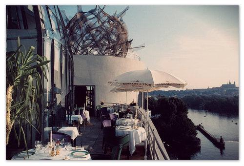 Ресторан «La Perle de Prague» — некоторым удаётся здесь ещё и знатно откушать.