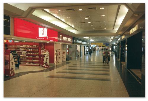 Магазинов дьюти-фри в аэропорту Праги вполне достаточно, чтобы плодотворно провести время перед вылетом.