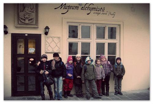Взрослеющих подростков частенько начинают увлекать тёмные делишки — самое время сходить в музей алхимии магов.