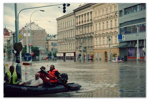 Ни привычных туристов в центре города, ни экскурсий, ни пеших прогулок — идёт эвакуация.