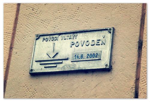 Уровень, до которого поднималась вода во Влтаве в 2002 году. Увидеть такую табличку в Праге на стене дома — обычное дело.