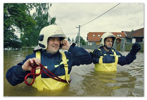 Чешские МЧСники прочёсывают затопленную местность. Кого не эвакуировали, тех спасают.