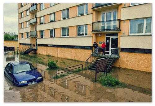 Обычный многоквартирный жилой дом на окраине города — вода добралась и сюда.