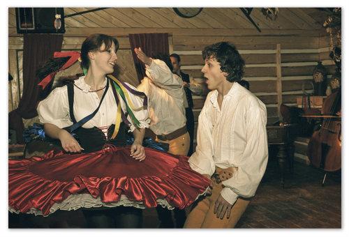 Эх, крутись волчком. Когда покушаете хорошенько, можно поплясать с местными танцорами. Это входит в стоимость билета.