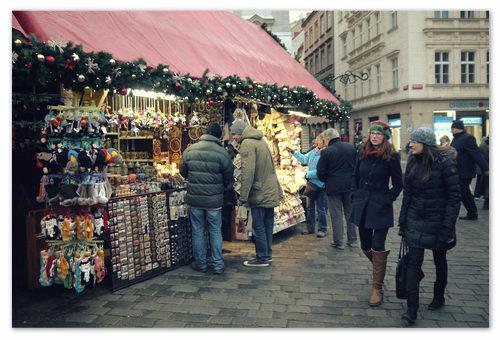 Ищем рождественские сувениры в Праге.