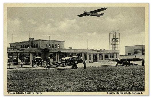 Посадка самолёта. Старое фото.