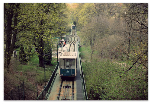 Проезд на фуникулёре в Праге на Петршин холм.
