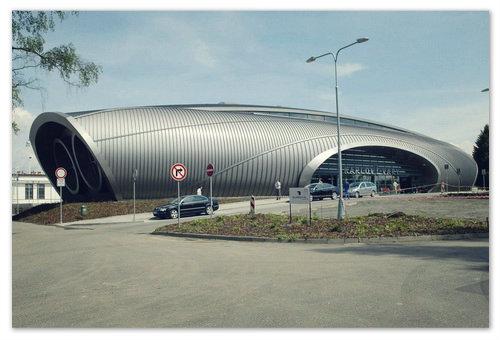 Здание терминала карловарского аэропорта в виде турбины самолёта.
