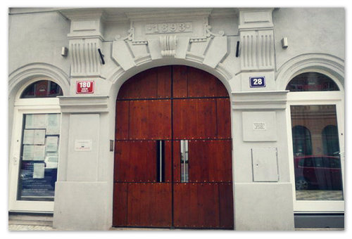 Дверь старого дома в Праге.