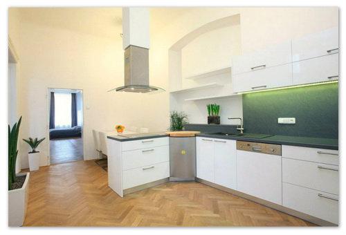 Большая кухня с современной мебелью.