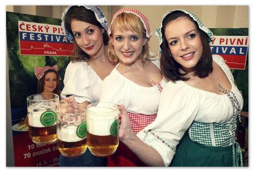 Девушки на пивном фестивале в Чехии.