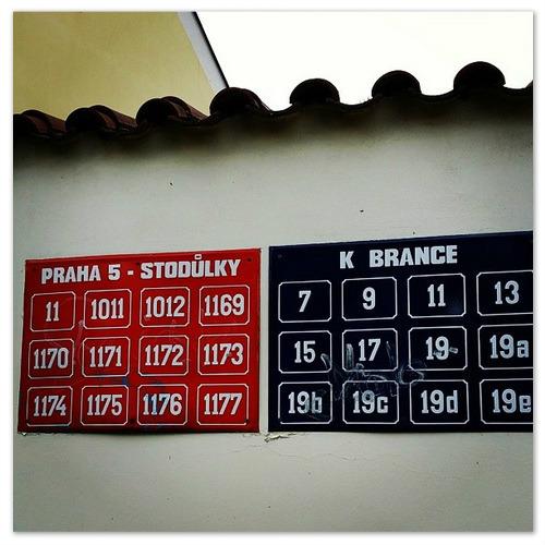 Красные и синие таблички на домах в Праге.