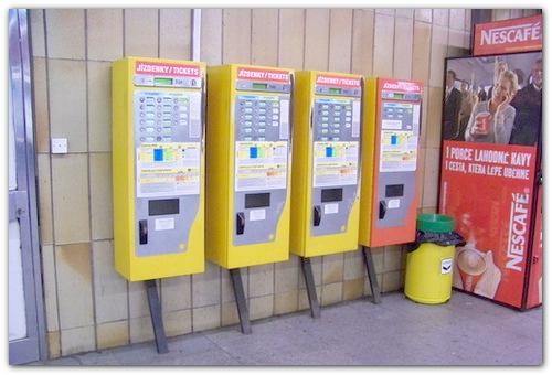 Автоматы по продаже билетов.
