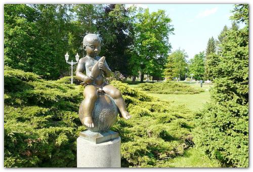 Памятник мальчику.