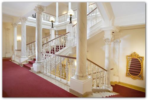 Лестница в отеле Империал.
