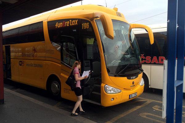 Жёлтый автобус Student Agency.