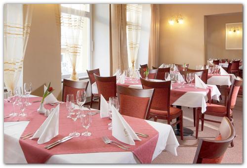 Столики ресторана Савой.