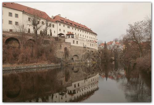 Замок у реки.